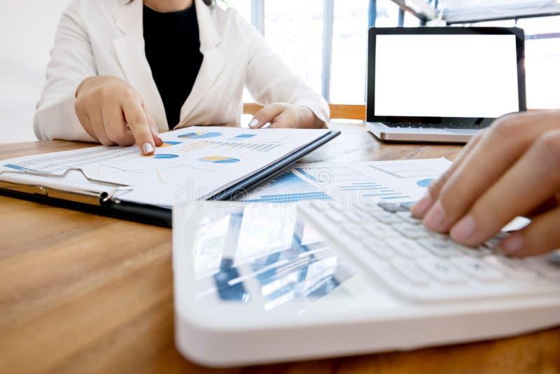 Wykonawcza analiza na dane księgowym używa kalkulatora przy biurem z pustego ekranu laptopem i papierze, biznesowy pojęcie zdjęcie stock
