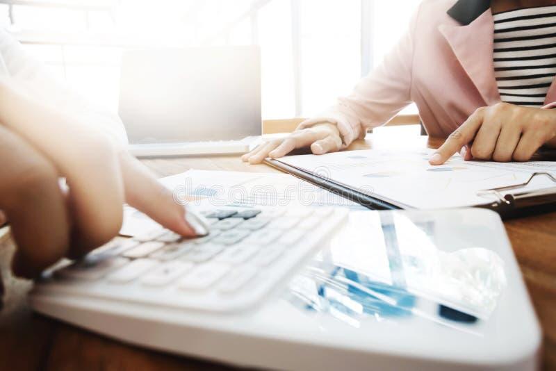 Wykonawcza analiza na dane tapetuje z księgowym używa kalkulatora przy biurem, biznesowy pojęcie zdjęcie royalty free