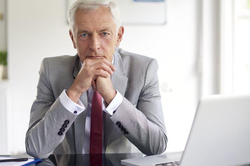 Wykonawczego pieniężnego dyrektora biznesmena przyglądający zamyślenie obrazy royalty free
