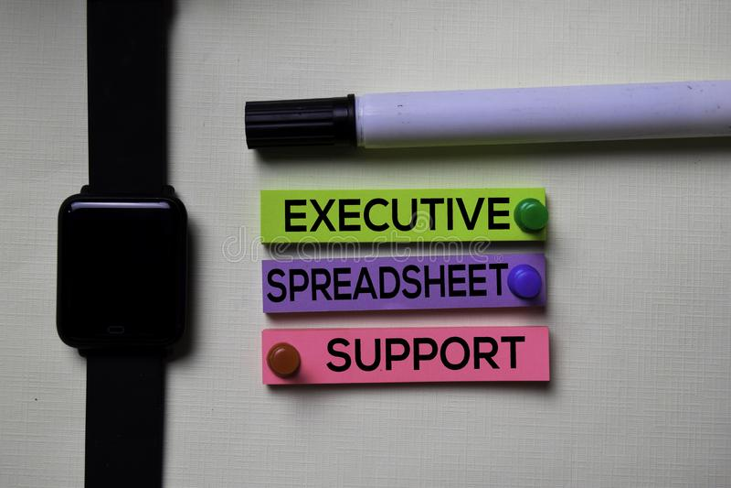 Wykonawczy Spreadsheet poparcie - ESS tekst na kleistych notatkach odizolowywać na biurowym biurku obraz stock