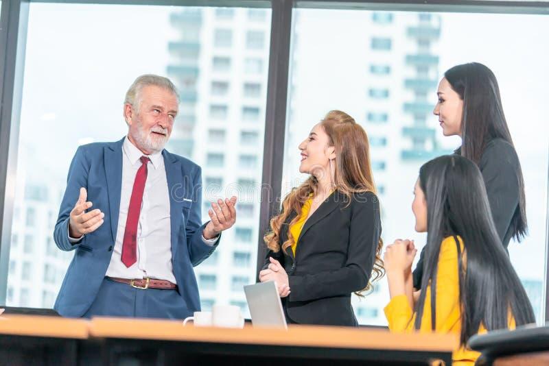 Wykonawczy szef mówi dowcip drużyna w biurowym spotkaniu dla biznesowego sukcesu zdjęcie royalty free