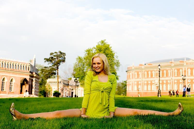 wykonywanie przez dziewczynę gimnastycznych potomstwa, fotografia royalty free