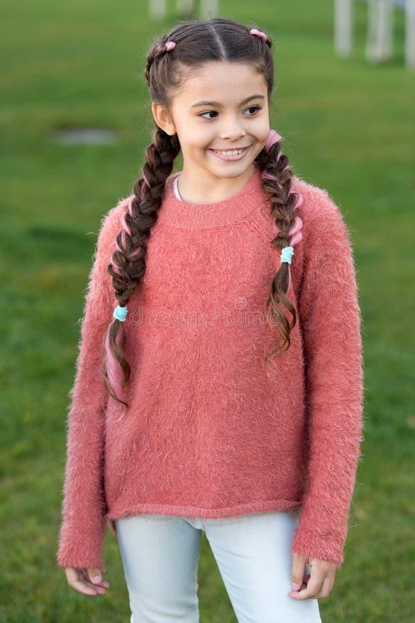 Wykorzystywać zabaw aktywność Dziewczyny dziecko niektóre zabawę w jesieni Szczęśliwy dziecko na jesień krajobrazie małe dziecko fotografia stock
