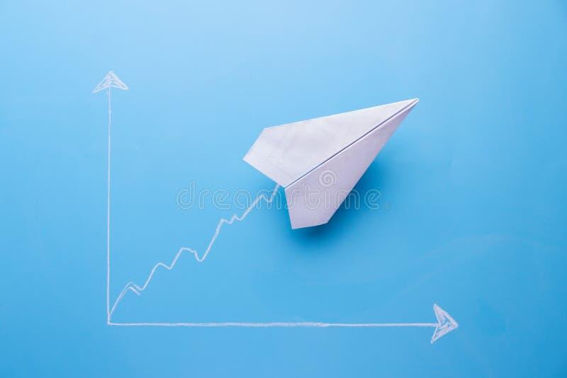 wykresu nakreślenie i papierowa rakieta na nim ilustracja wektor