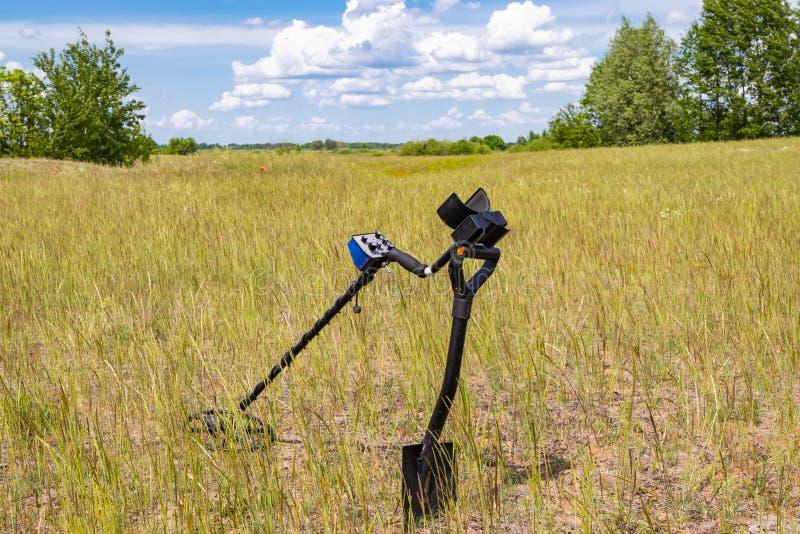Wykrywacz metalu w śródpolnym przygotowywa pracować zdjęcie stock