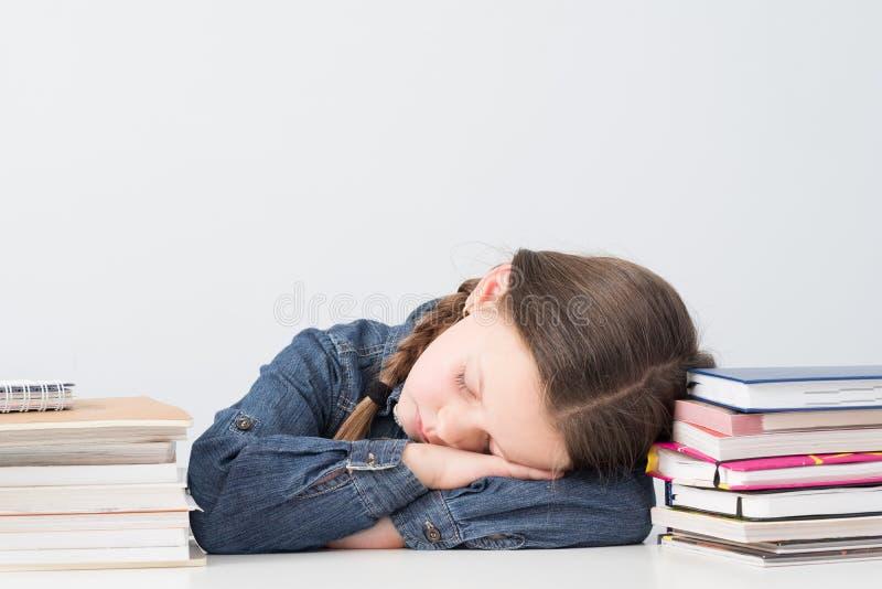 Wykształcenie podstawowe szkolna dziewczyna śpi książkowe sterty obraz royalty free