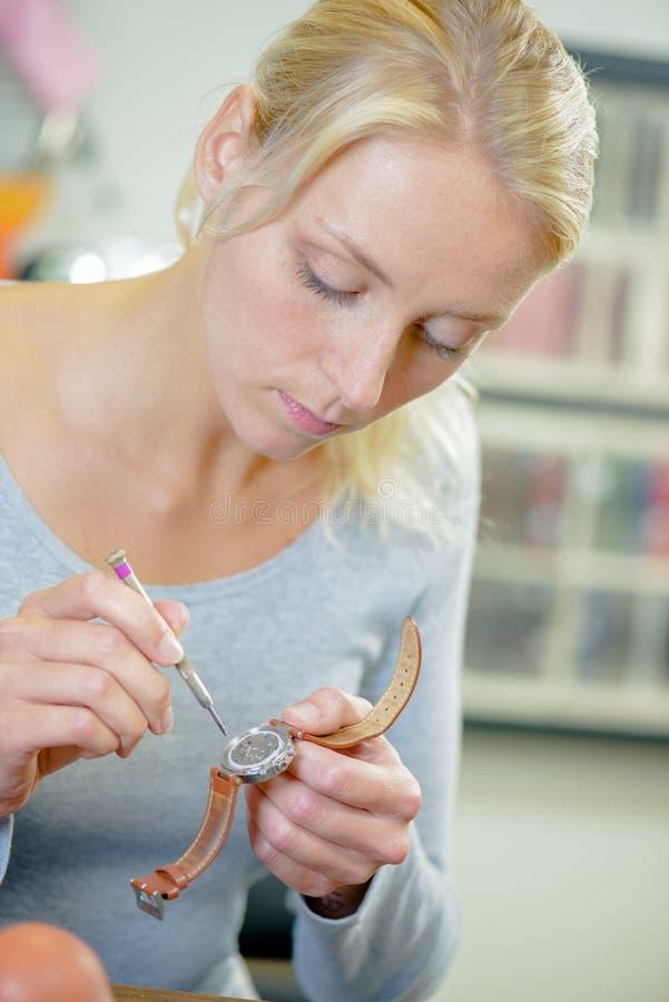 Wykwalifikowany blondynki kobiety naprawiania zegarek fotografia royalty free