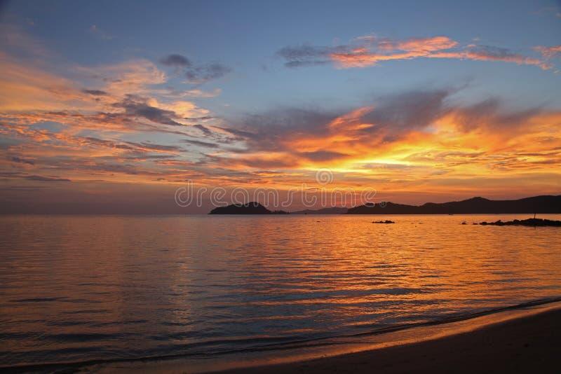Wyluzuj piękne wakacje na zachód słońca koh Mak Island Trat Thailand obraz stock