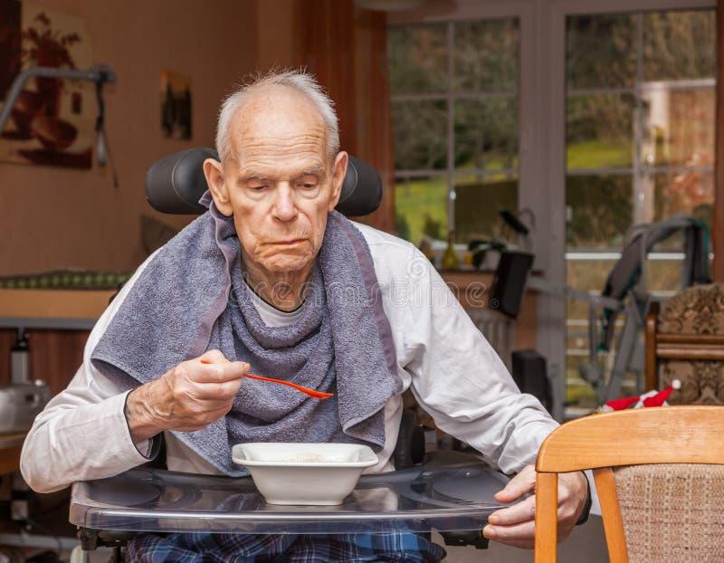 Wymagać opieka seniorów jeść zdjęcie stock