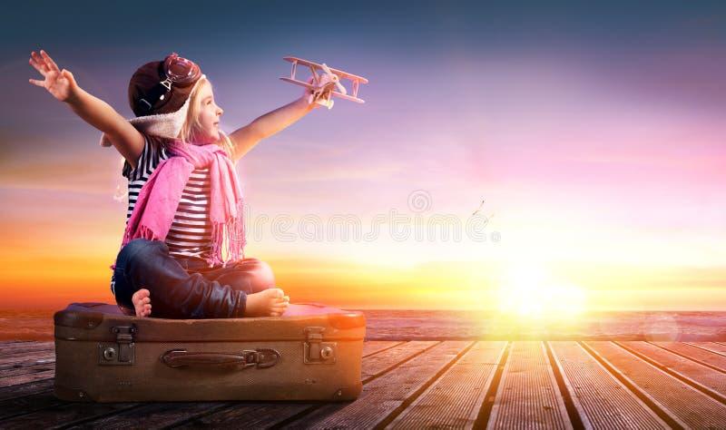 Wymarzona podróż - mała dziewczynka Na rocznik walizce obrazy royalty free