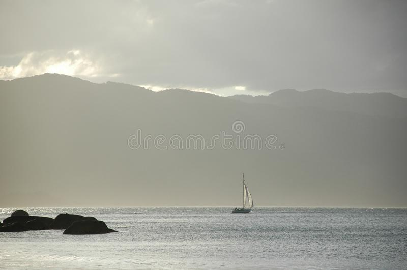 Wymarzone surrealistyczne żeglowania morza góry zdjęcia royalty free