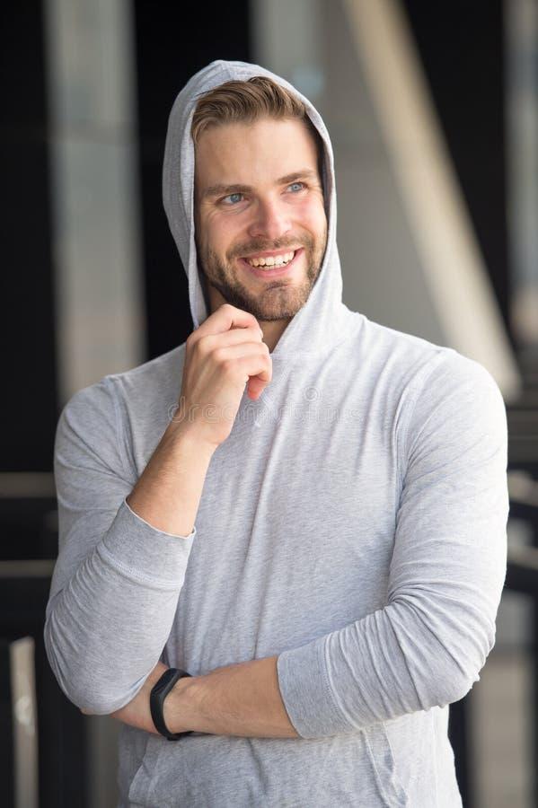Wymarzony przyszłościowy osiągnięcie Facetów brodaci atrakcyjni przypadkowi ubrania okapturzający Mężczyzna z szczecina uśmiechni zdjęcia stock