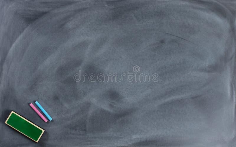 Wymazujący chalkboard z gumką i kredą zdjęcie stock