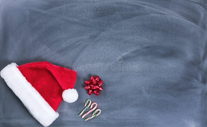 Wymazujący czarny chalkboard z Santa cukierku i nakrętki trzcinami plus prezent zdjęcie stock