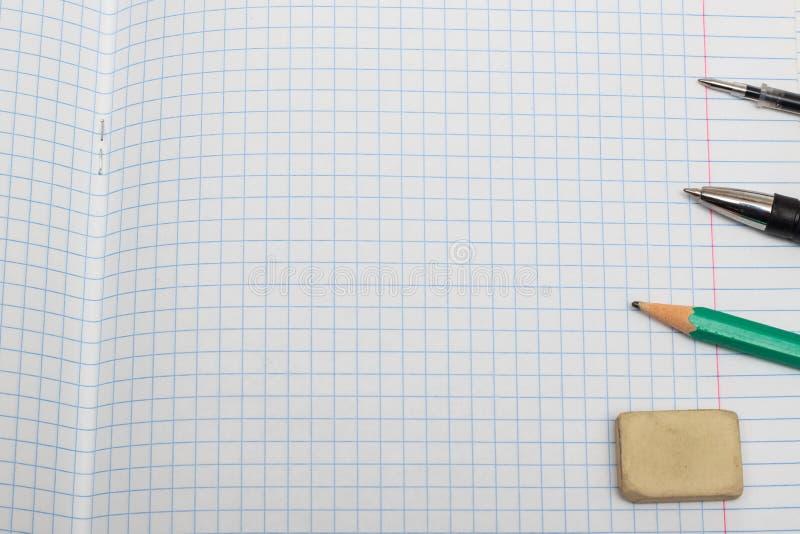 Wymazujący pióra na prześcieradle notatnik i ołówek obrazy stock