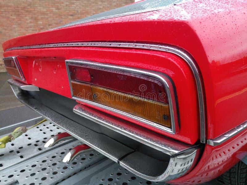 Wymuskany wyszczególniać na czerwień sportów samochodzie z nieużywanymi żarówkami zdjęcie stock