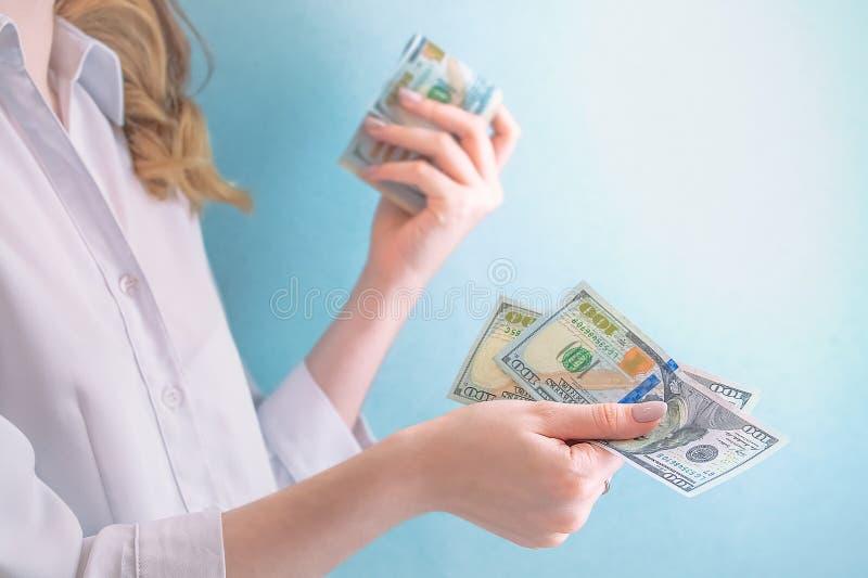 Wynagrodzenie dolary w żeńskich rękach zdjęcia royalty free
