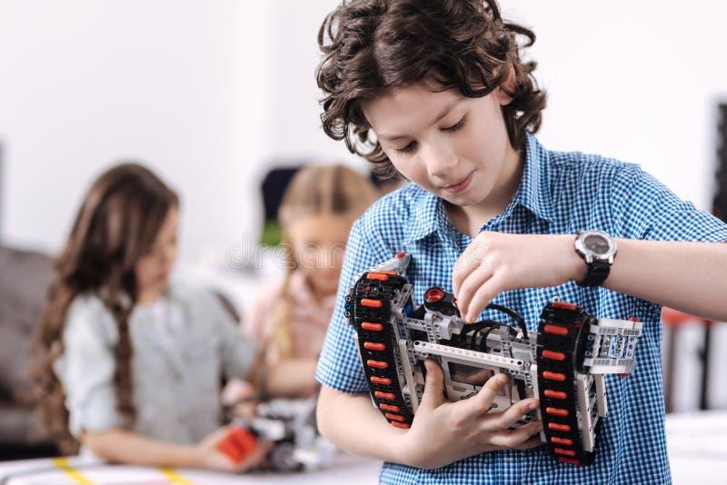 Wynalazczy uczeń reprezentuje nauka projekt przy szkołą fotografia stock