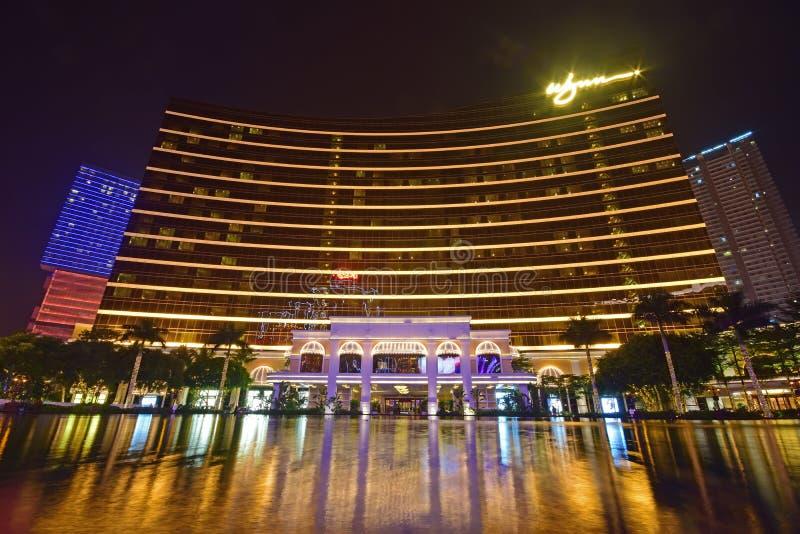 Wynn Macau na noite com muitas luzes coloridas que decora a reflexão circunvizinha & bonita da água imagem de stock royalty free