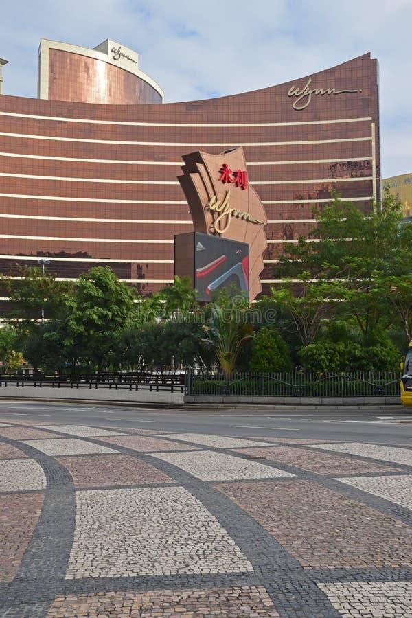 Wynn Macau vista de enfrente de la carretera principal con el pavimento de Calcada del portugués imagen de archivo