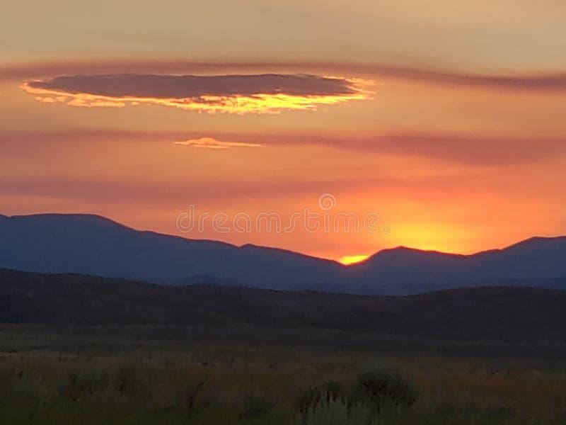Wyoming soluppgång över bergen med röd himmel arkivbild