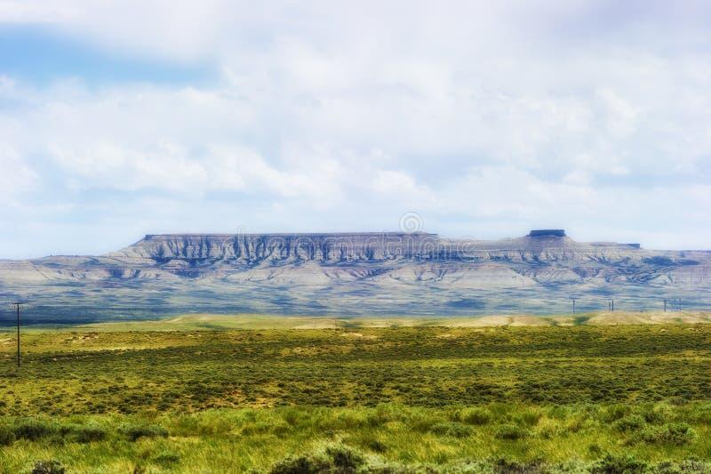 Wyoming vidsträckt landskap under ljusa moln royaltyfri bild