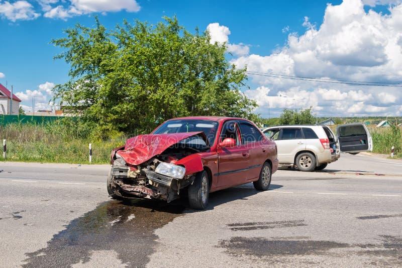 Wypadek drogowy na wiejskiej drodze między skrzyżowaniem i ponownym fotografia stock