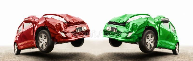 Wypadek dwa samochodu przy frontowym trzaskiem na drodze obraz royalty free