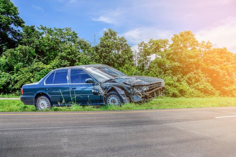 Wypadek samochodowy i kraksa samochodowa na drodze obrazy royalty free