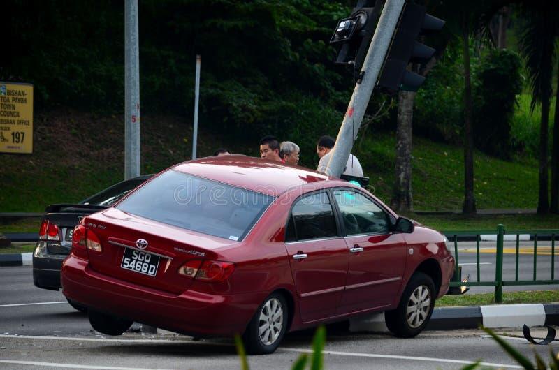 Wypadek samochodowy na światła ruchu przy drogowym skrzyżowaniem obraz royalty free