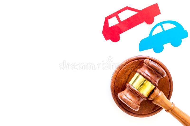 Wypadek samochodowy sprawy sądowej pojęcie Dwa zderzającego się samochodu blisko sądzą młoteczek na białej tło odgórnego widoku k zdjęcie royalty free