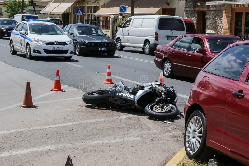 Wypadek uliczny między samochodem i motocyklem obraz stock