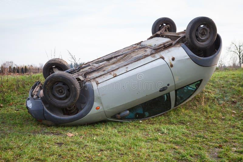 Wypadek uliczny, samochód po tym jak rollover kłamstwo na dachu obraz stock