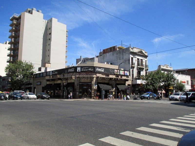 Wypadek wczoraj, Luty 7, narożnikowy Homero Manzi Buenos Aires ArgentinanMotorcyclist spada puszek ulica pomaga policją obrazy stock