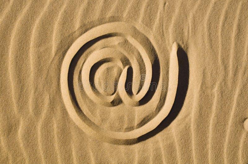 wypatroszone e - mail znak piasku. fotografia stock