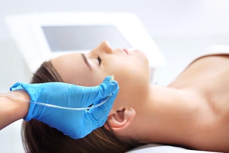 Wypełniać zmarszczenia traktowanie estetyczna medycyna zdjęcie stock