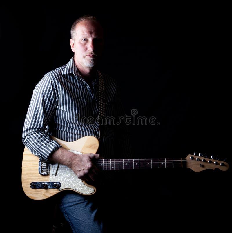 wypełniający gitary przyglądającego gracza niewygładzony cienia strzał fotografia royalty free