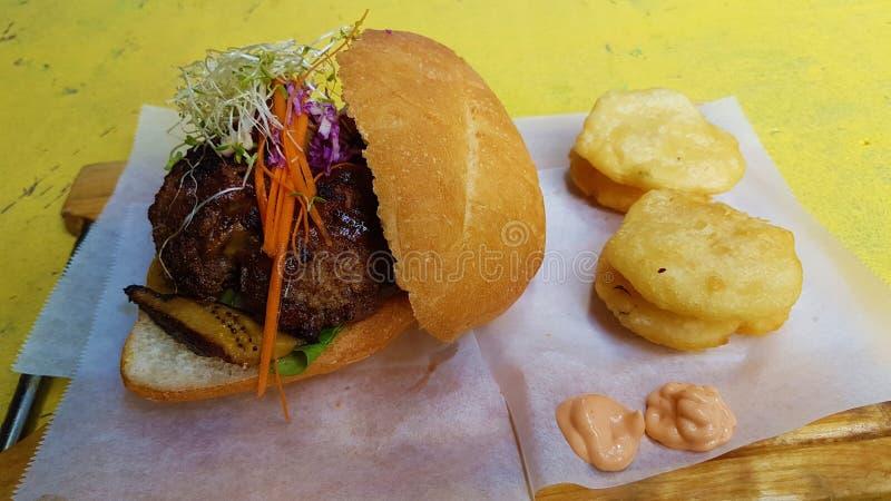 Wypełniający hamburger i smażąca jukka obraz stock