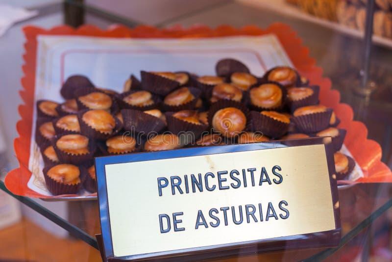 Wypełniający marzipans dzwonili ` Princesitas de Asturias ` Princesses Asturias dla sprzedaży w Oviedo, Asturias, Hiszpania zdjęcie stock