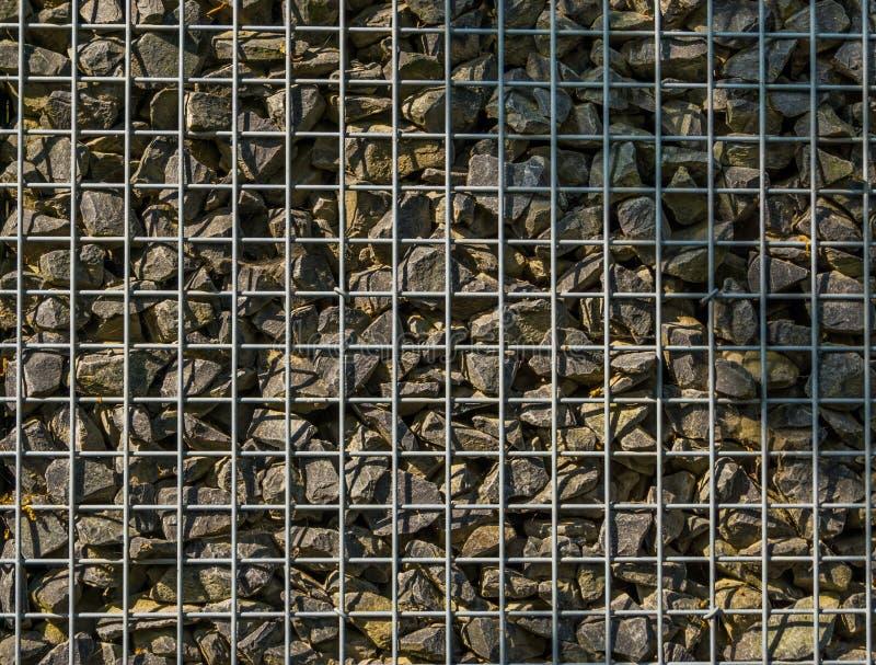 Wypełniający siatka kosz z małymi skałami, ogrodowy architektury tło, wzór otoczaki zdjęcie stock