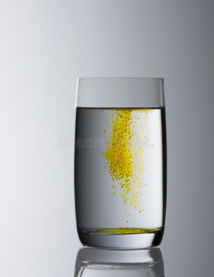 Wypełniający wodny szkło z żółtym gradientem fotografia royalty free
