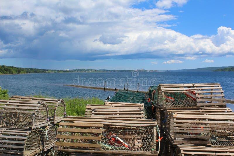 Wypiętrzający drewniani homarów oklepowie na brzeg cieśnina Canso fotografia royalty free