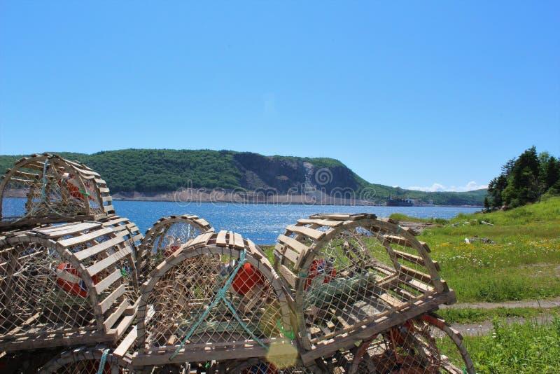 Wypiętrzający drewniani homarów oklepowie na brzeg cieśnina Canso obraz royalty free