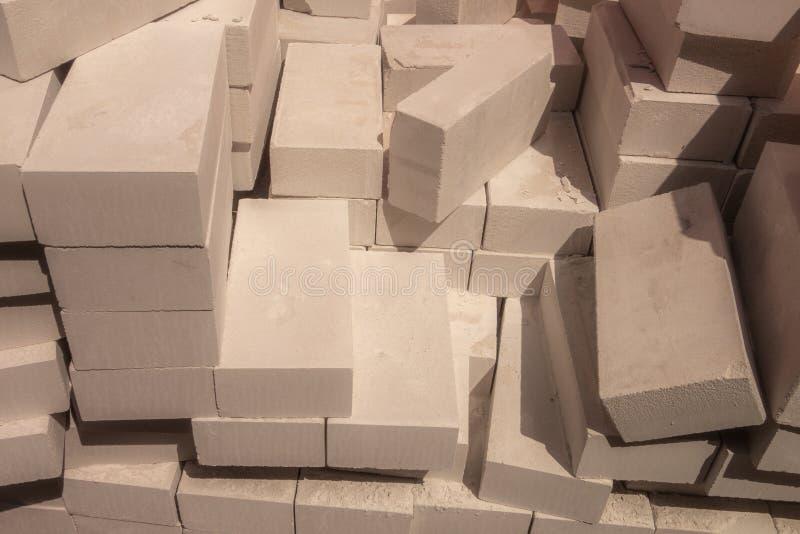 Wypiętrzający up duży stos białe cegły obrazy stock
