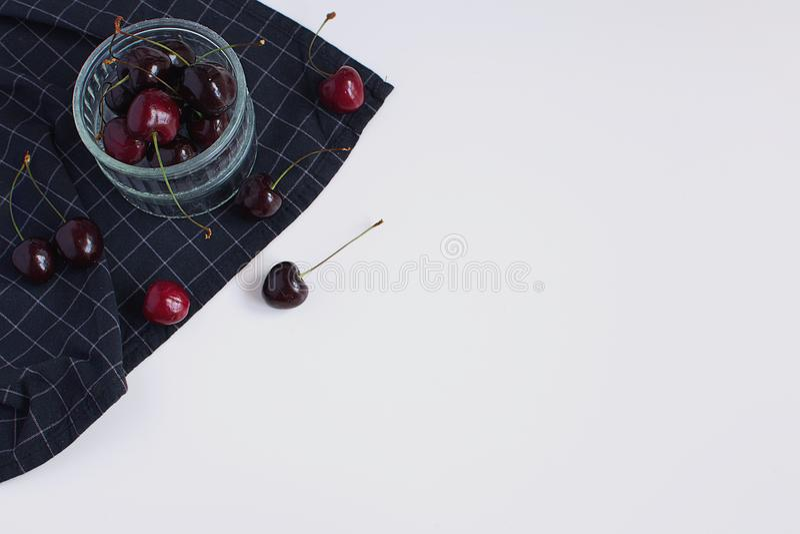 Wypiekowa foremka i w kratkę czarnych pieluch Dojrzałych wiśni Minimalny Pic obrazy stock