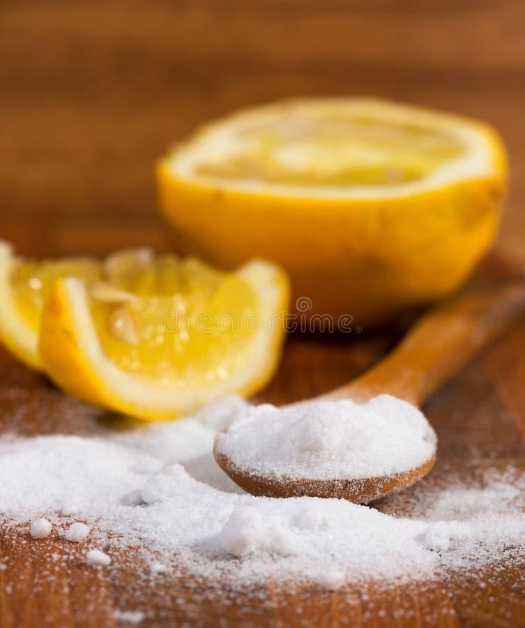 Wypiekowa soda w drewnianej łyżce (sodium dwuwęglan) obraz stock