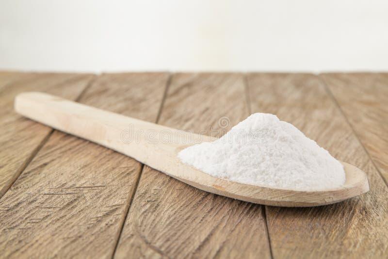 Wypiekowej sody sodium dwuwęglan w drewnianej łyżce fotografia royalty free