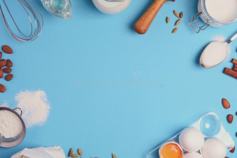 Wypiekowi składniki dla domowej roboty ciasta na błękitnym tle Piec cukierki tortowego deserowego pojęcie Odgórny widok Mieszkani obraz royalty free
