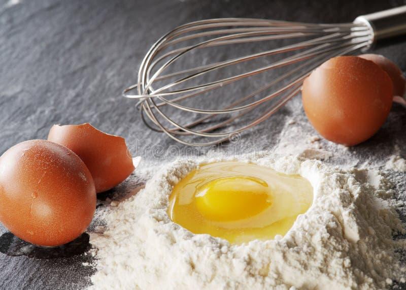 Download Wypiekowi Składniki: Jajko I Mąka Zdjęcie Stock - Obraz złożonej z przygotowanie, tło: 57652908