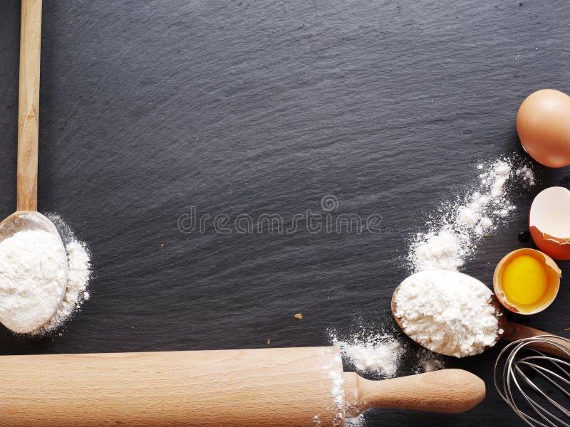 Download Wypiekowi Składniki: Jajko I Mąka Obraz Stock - Obraz złożonej z przepis, jajko: 57654257